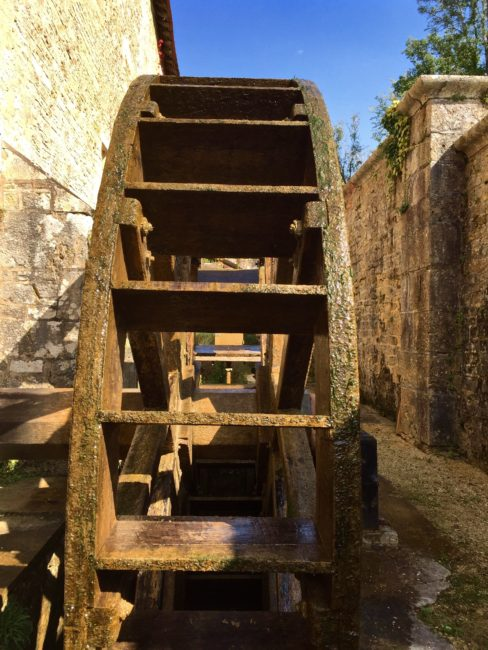 labbaye-de-fontenay-water-wheel-france-1